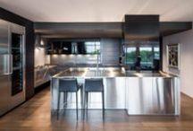 Moderne / Inspiré du design européen, ce style ultra minimaliste allie lumière et matériaux modernes pour un résultat étonnant.