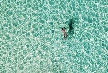 Mar, areia, sol, céu.