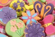 Koekjes / Koekjes zijn lekker, vooral als je ze zelf maakt. Er zijn heerlijke recepten voor het bakken en versieren van koekjes, er is voor iedereen wat wils! Bak bijvoorbeeld feestelijke koekjes voor bij speciale gelegenheden en trakteer deze aan vrienden en familie. De zelf gebakken koekjes kunnen worden versierd met fondant en icing. Of maak eens gevulde koeken gevuld met amandelspijs. Zet de oven alvast maar aan!
