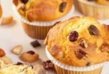 Muffins / Laat je inspireren door onze recepten en maak zelf overheerlijke muffins. Maak met de recepten voor muffins heerlijke chocolade muffins of kies eens voor Amerikaanse muffins. Je kunt muffins naturel bakken, maar je kunt er natuurlijk ook een heerlijke vulling aan toe voegen, zoals bosbessen, banaan, noten of chocolade. Eet smakelijk!