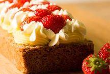 Cake / Een heerlijke cake maak je natuurlijk zelf met een van onze lekkere recepten. Laat je inspireren door onze heerlijke cake recepten en maak een cake voor een feestdag, verjaardag of een andere gelegenheid. Bak volgens de stap voor stap aanwijzingen in de recepten zelf een verrukkelijke cake.