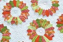 Dresden Plate Quilts / Dresden plates, Dresden plate quilt patterns, and other quilt patterns using Dresden plate wedges