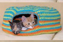 Le crochet pour les chats / Les modèles en crochet faits pour les chats : lits et jouets.