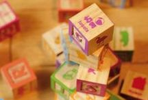 CONSTRUCTION / L'équipe House of Toys élabore des jouets de construction en bois de qualité qui favorisent le développement de l'imaginaire tout en étant éducatifs. L'enfant appréhende ainsi les formes et les couleurs de manière ludique, il construit, observe, apprend et invente des histoires. Découvrez notre gamme de jeux de construction en bois : cubes en bois, formes en bois, bûchettes en bois.