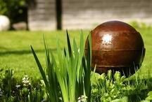 Urnen / Urnen van diverse materialen: steen, hout, versteend hout, brons, glas en RVS