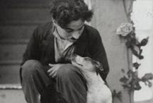 Charlie Chaplin / Sir Charles Spencer Chaplin, KBE, mais conhecido como Charlie Chaplin, foi um ator, diretor, produtor, humorista, empresário, escritor, comediante, dançarino, roteirista e músico britânico.