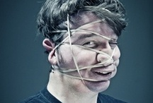 Caras con una goma / Aquí tenéis una sesión de fotos de Wes Naman, con locos que se torturan la cara con gomas. ¡Espectacular!