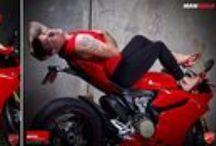 Comparativa de Ducati / El distribuidor de motos Ducati MotoCorsa en Portland, Estados Unidos hizo una campaña promocional típica: chica linda con poca ropa y tacones altos dándole besos a una motocicleta...con la diferencia de un divertido añadido. Las fotos de la modelo, Kylie, fueron emulados por los empleados de la tienda que terminó en esta humorística sesión de fotos. ¿Con qué versión te quedas?