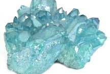 Crystal Clusters / Quartz crystal clusters and quartz crystal points should be in every home to bring harmony to the life force in the home. A crystal cluster formation has many points embedded in the base. The emerging crystals may be large or small. Crystal Clusters radiate energy into the surrounding room or space and also are used to absorb negative energy.