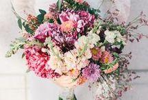 Fleurs • Flowers / Élément phare de la tenue de la mariée le bouquet n'est pas un choix simple. Retrouvez ici les dernières tendances et créations florales.