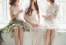 Demoiselles d'honneur • Bridesmaids / La tenue des demoiselles d'honneur suit aujourd'hui davantage les tendances ! La mariée peut imposer une forme identique pour toutes, mais souvent, elle se contente de leur demander de porter la même couleur. Ici une selection de robes pour vos demoiselles d'honneur.
