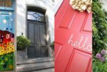 Voordeuren met een verhaal / Bijzondere deuren vertellen een verhaal. Ze roepen vragen op en bewondering. Ze geven ook gevoel van geborgenheid. Wat zegt jouw voordeur over jou?