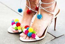 Wir lieben: Pompoms / Sie sind bunt & klein & rund und verzieren aktuell so allerhand Mode- und Wohnaccessoires: Pompoms oder auch Bommel genannt. Dabei sind die kleinen Flauschbälle ganz einfach aus Wolle selbst zu machen. Wir haben Pompom Inspirationen für dich gesammelt.