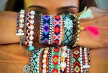 Freundschaftsbänder DIY: Knüfen, flechten & mehr / Freundschaftsbänder sind (oft selbstgemachte) Armbänder, die in vielen Kulturen als Zeichen der gegenseitigen Freundschaft und Zuneigung getragen werden. Nebenbei bemerkt sind sie auch noch ein farbenfroher Arm- oder Fußschmuck und man kann sie ganz leicht selber knüpfen. https://www.myboshi.net/blog/freundschaftsbaender-knuepfen/
