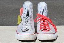 Converse Chucks DIY´s / Sie sind Klassiker, All-time-Favorites und machen jedes Outfit lässig: die legendären Chucks. Mit unseren Inspirationen kannst du dir dein Paar Kult-Turnschuhe selber machen oder deine gekauften Converse Chucks verschönern. Wir haben die Anleitungen zum nachhäkeln egal ob für Erwachsene, Jugendliche oder Babys. https://www.myboshi.net/blog/diy-tipp-chucks-verschoenern/