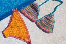 Sommerkleidung / Hier findest du Häkelideen und Strickinspirationen für den Sommer: z.B. Bikini zum selber häkeln, Sommer-Top, Blumenhaarbänder oder sommerliche DIY Sandalen.