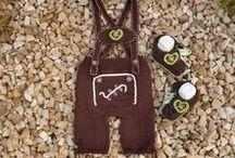 Tracht DIY´s / Egal ob zum Oktoberfest, Volksfest oder Schützenfest: Mit diesen gehäkelten Trachten-Accessoires machst du dein Outfit zum absoluten Hingucker. Mini-Dirndl und Mini-Lederhosen für Babys sind einfach nur süß.
