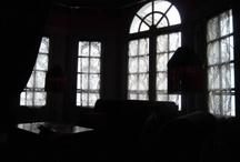 L'Hôtel. Paris. /  Ce bijou de l'hôtellerie parisienne se situe en plein centre de Paris, dans le quartier de Saint-Germain des Près. Plus exactement tout près de l'Ecole Nationale des Beaux Arts de Paris et à deux pas de chez Ladurée Bonaparte (si vous êtes gourmand alors vous pouvez très facilement situer l'Hôtel) / by Hôtels design à Paris (Mes Nuits Design)