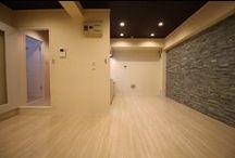 PROPORTION LIFE /レインボー第二 / 当ラボよりお客様へご提案させていただいたの施工例です! 当施工のデザインコンセプトは・・・「〜お部屋のプロポーション〜」 『白を基調としたさわやかな雰囲気の中で、存在感を放つ石目調のタイル壁と、高級感溢れる木目の天井が、洗練された空間を演出するデザインです。』  ※施工物件:「レインボー第二」朝霞市根岸台1丁目5-2