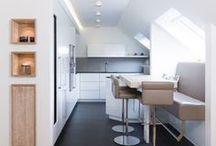 Küche nach Maß in Borken II / Grifflose Küche, weiß glänzend, Arbeitsplatte Granit mit bequemer Sitzbank, individuell nach Maß von www.klocke.de