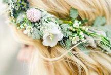 - CHEVEUX FLEURIS - / Retrouvez dans ce tableau, des idées de coiffures fleuries. www.lamarieeauxpiedsnus.com