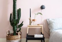 Ma chambre cosy parfaite / Une chambre qui invite au repos, dans un style à la fois épuré et graphique, mêlant couleurs pastels, ligne géométriques et bois clair