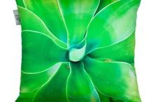 VERT EMERAUDE - Green / Le vert évoque l'abondance, la richesse, la chance... Symbole de la nature en plein renouveau, le vert apaise et peut décorer les intérieurs les plus élégants.