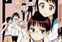 """Nisekoi - Amours, mensonges & yakuzas / Bien que fils d'un chef de clan yakuza, Raku Ichijô tente d'être un lycéen comme les autres. Son quotidien tourne au cauchemar quand Chitoge Kirisaki, une nouvelle élève très querelleuse, lui """"tombe"""" littéralement dessus. En effet, pour éviter une guerre des gangs, ces deux lycéens que tout oppose vont être contraints de jouer les amoureux transis... alors qu'ils se détestent !"""