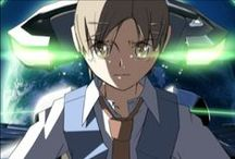 The voices of a distant star / 2046 sur la planète Terre. En dernière année de collège, Mikako et Noboru sont de proches amis, mais alors que Noboru espère qu'ils pourront fréquenter le même lycée, la jeune fille lui annonce son futur départ dans l'espace au sein d'une mission militaire des Nations Unies. Dès lors, ils ne pourront plus communiquer que par e-mails, mais ceux-ci mettent de plus en plus de temps à parvenir à destination…