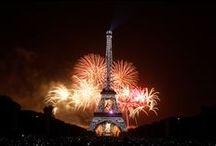 """Le 14 juillet / Le traditionnel feu d'artifice du 14 juillet et dont le thème cette année était """"Liberté, Egalité, Fraternité"""", a illuminé tout Paris avec ses 25 000 projectiles dont 4 000 bombes de gros calibre !"""