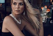 Etoiles en Or / Kollektion Etoiles en Or mit glanzvollen weißen Perlen ist eine Hommage an den Sternhimmel und seine magische Tiefe. Das Schmuckstück repräsentiert ein kleines Universum, ein geheimnisvolles Mysterium, welches das Symbol für offene Grenzen und ursprüngliche Natürlichkeit ist.