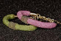 éclat Venus Gold / éclat Venus Gold ist eine Linie der neuen éclat Venus Creation: Statement-Schmuck trifft klassische Materialien. Vier perfekt aufeinander abgestimmte Armbänder aus Amethyst, Peridot, Citrin und Zirkon bilden den Farbcharakter der Kollektion: luxuriöses Violett, sonniges Gelb, zartes Pink und frisches Grün. In Kombination mit massiven Elementen aus vergoldetem Silber sind éclat Venus Gold Armbänder ein Instant Upgrade für jedes Outfit.