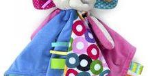 Taggies juguetes para bebés Bright Starts / ¿Sabes cual es una de las cosas que más le gusta morder a un bebé?, las etiquetas, y los juguetes para bebes Taggies están repletos de ellas, de diferentes formas y colores, diferentes texturas, tu bebé podrá elegir su preferida y no soltarla en mucho, mucho rato.
