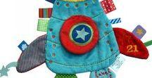Label Label / Los doudou label label son los doudou más vendidos del mundo, sus diseños son super divertidos y llenos de color, a ti y a tu peque os encantarán. Están llenos de etiquetas con diferentes texturas y colores para que tu bebé las muerda y las chupe cuanto quiera!. Los doudou label son super suaves y lavables en la lavadora.