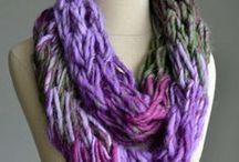 How to Arm Knit: Tutorials and Patterns / If you've ever wondered how to arm knit, check out this fun and easy collection of arm knitting tutorials and arm knitting patterns.You'll find chunky arm knitted scarves, cowls, blankets, and more. Find out how easy arm knitting really is.