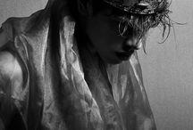 "▹ "" arthur pendragon / merlin fandom ———— ❝ ᴀʀᴛʜᴜʀ ɪs ɴᴏᴛ ᴊᴜsᴛ ᴀ ᴋɪɴɢ. ʜᴇ ɪs ᴛʜᴇ ᴏɴᴄᴇ ᴀɴᴅ ꜰᴜᴛᴜʀᴇ ᴋɪɴɢ. ᴛᴀᴋᴇ ʜᴇᴀʀᴛ, ꜰᴏʀ ᴡʜᴇɴ ᴀʟʙɪᴏɴ's ɴᴇᴇᴅ ɪs ɢʀᴇᴀᴛᴇsᴛ, ᴀʀᴛʜᴜʀ ᴡɪʟʟ ʀɪsᴇ ᴀɢᴀɪɴ. ❞"