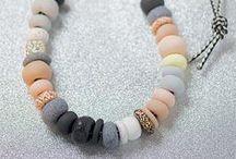 DIY - Perles / Retrouvez un tas d'idées et de techniques à partir de perles, que ce soit des bijoux ou des accessoires!