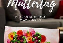 Geschenkideen zum Muttertag / Mit My M&M's® können Sie Ihre Schokoladenkreationen zum Muttertag einzigartig machen. Dies ist der perfekte Anlass, um ihr mit diesen bunten Schokoladen-Leckereien zu zeigen, wie sehr Sie sie lieben. Ihre Mutter wird einfach dahin schmelzen, wenn sie ihr originelles und leckeres Geschenk öffnet!