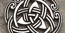 Arq. CELTIC ( Celta) / A mitologia celta é o resultado da mistura de várias civilizações. Os celtas eram povos bárbaros que se espalharam por quase toda a Europa e foram raiz de muitas culturas. Os celtas eram formados por diversas tribos rivais, lideradas por um chefe guerreiro e, cada tribo cultuava suas diferentes divindades. Os celtas não chegaram a constituir um império com unidade política, mas a unidade cultural era assegurada pelos sacerdotes, chamados druidas, que cuidavam da manutenção das normas.