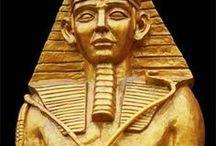 Arq. EGYPTIAN (Egípcia) / O Antigo Egito é uma das maiores e mais antigas civilizações do mundo. Em 3150 antes de Cristo (a.C.), um reino unificado deu origem a uma série de dinastias que governou o país nos três milênios seguintes. Durante esse período, os antigos egípcios criaram alguns dos mais magníficos monumentos do mundo, que, surpreendentemente, permaneceram intactos com o passar dos séculos.