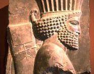 Arq. PERSIAN (Persa) / A planície iraniana foi ocupada por volta de 1500 AC. por tribos árias, das quais a mais importante era a dos MEDOS, que ocuparam a parte noroeste, e os PARSAS (persas). Estes foram dominados pelos medos até a ascensão ao trono persa, em 558 a.C., de Ciro o Grande, um Aquemênida. Este derrotou os governantes medos, conquistou o reino da Lídia, em 546 a.C., e o da Babilônia, em 539 a.C., tornando o Império Persa o poder dominante na região.