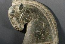 Arq. ACHAEMENID (Aquemênida) / O Império Aquemênida ou Império Aqueménida, por vezes referido como Primeiro Império Persa, foi um império iraniano situado no Sudoeste da Ásia, e fundado no século VI AC. por CIRO, o Grande, que derrubou a confederação dos MEDOS.  Fundação: 550 AC. Período histórico: História antiga Data De Dissolução: 330 AC. Continente: Eurafrásia Língua oficial: Persa antigo (idioma nativo), aramaico imperial (língua oficial e língua franca,) elamita, acádio Capital: Babilónia, Susa, Persépolis.