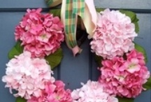 ♥•✿Front Door Decor✿•♥ / Wreaths and other items to hang on your front door to welcome guests into your home.