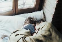 """L'amore / """"Mira, no pido mucho, solamente tu mano, tenerla como un sapito que duerme así contento. Necesito esa puerta que me dabas para entrar en tu mundo, ese trocito de azúcar verde, de redondo alegre. ¿No me prestas tu mano en esta noche...?"""" / by Catalina Yávar"""