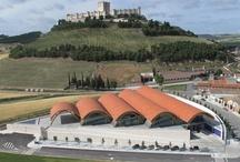 Nuestras bodegas / Protos cuenta con 3 bodegas situadas en Peñafiel (Valladolid), La Seca (Valladolid) y Anguix (Burgos).