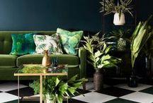 Woontrend: Urban Jungle! / vtwonen Stijl Studio 'Urban Jungle' haalt alle goeds van buiten naar binnen! Met frisse groentinten, opvallende bladmotieven en een spannende materiaalmix van doorleefd hout, linnen en rotan. Creëer je eigen, pure binnentuin in een handomdraai! Vergeet hierbij niet de grote planten en cactussen, want zij maken het geheel af.