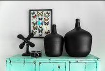 Woonaccessoires / Met slechts een paar kussens, fotolijstjes en leuke vazen geeft u uw woonkamer een compleet nieuwe look.  Accessoires weerspiegelen uw smaak en persoonlijkheid. Geef uw mooiste herinneringen daarom een bijzonder plekje. Uw huis wordt direct een stuk gezelliger!