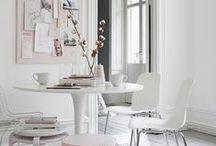 Stijl Studio: Bright White / vtwonen Stijl Studio 'Bright White' is een oase van rust en pure eenvoud in vormgeving, kleur en materiaal. Less is more in dit wonderschone witte interieur met een toefje grijs. Het lichte hout maakt het geheel warm en toegankelijk.