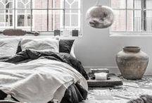 Stijl Studio: Grey Tones / Vtwonen Stijl Studio 'Grey Tones' is stoer en industrieel. Ondanks het ontbreken van kleur is het toch huiselijk en cosy door de robuuste vormen en doorleefde materialen. Bijzondere items komen goed tot hun recht in de grijze basis, de zwarte accessoires zorgen voor contrast.