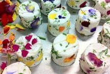 Edible Flower Delights / Recipes of drinks, desserts and foods with edible flowers